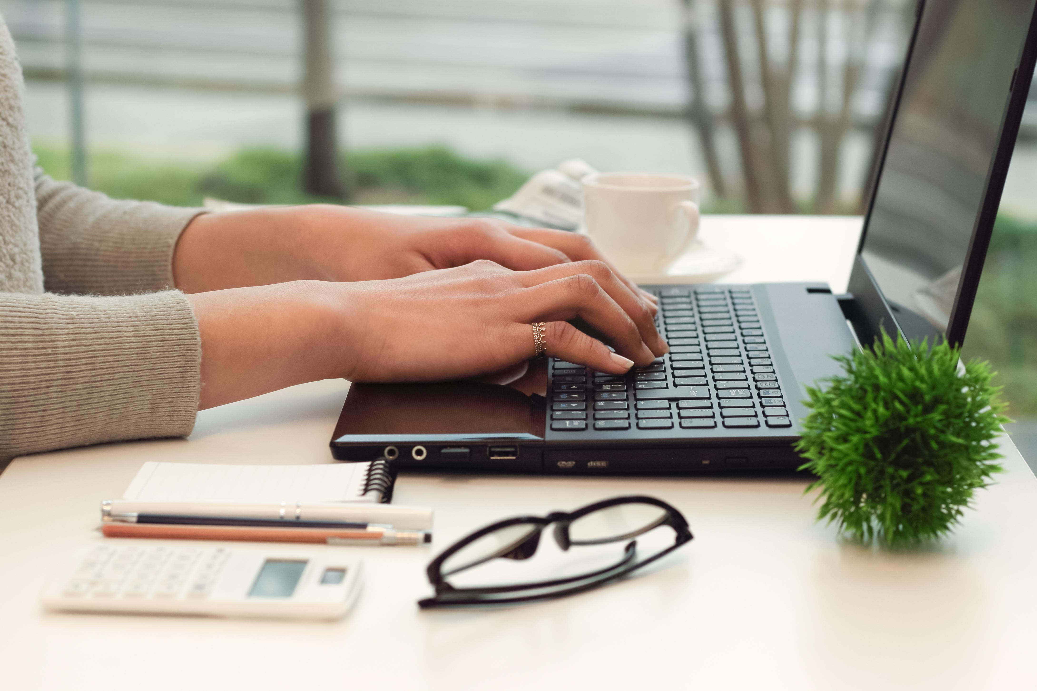 文章をパソコンに打ち込むライター